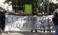 Grupo de balck blocs manifesta contra a realização da Copa do Mundo no Brasil
