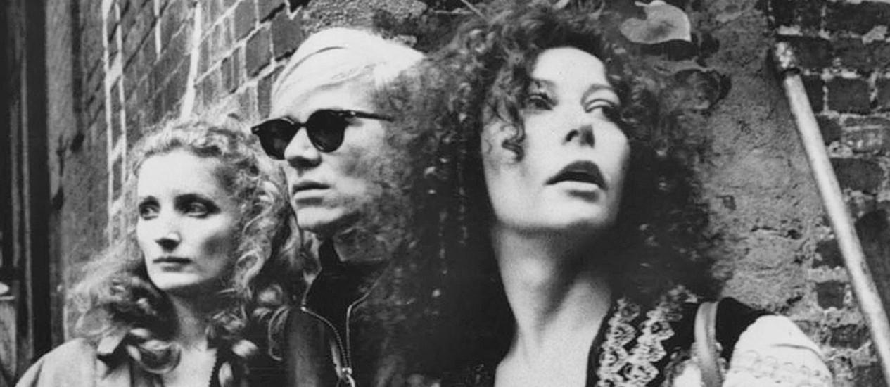 Super estrelas. Isabelle à esquerda, ao lado de Andy Warhol e Viva, em 1968 Foto: Sam Falk/The New York Times