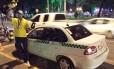 """Oliveira virou atração nas ruas de Cuiabá e várias pessoas pediram para tirar foto com ele, após vencer o quadro """"Craque do Táxi"""" do Esporte Espetacular"""