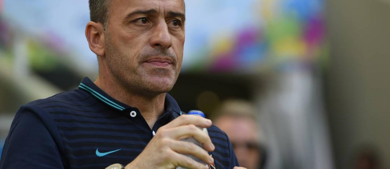 O técnico da seleção de Portugal, Paulo Bento, bebe água na beira do gramado da Arena Fonte Nova, em Salvador Foto: FABRICE COFFRINI / AFP