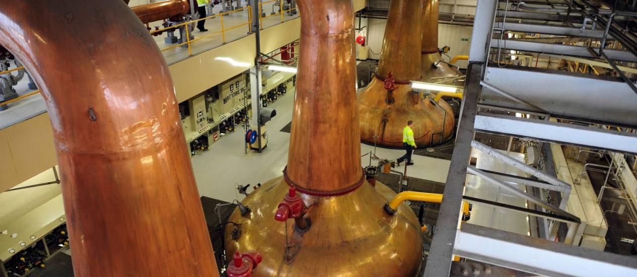 Destiladores de cobre na nova fábrica da Jameson, em Middleton, na Irlanda Foto: Aidan Crawley / Aidan Crawley/Bloomberg