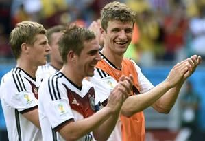 Thomas Mueller, artilheiro do jogo, Philipp Lahm e Toni Kroos comemoram a vitória Foto: ODD ANDERSEN / AFP