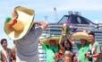 Desembarque da folia. Cerca de três mil torcedores mexicanos chegam ao Cais do Porto de Fortaleza em navio cruzeiro para assistir ao jogo da Seleção Mexicana.