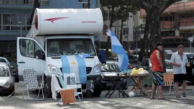 Torcedores que estão em motor homes estacionados no Leme pretendem seguir amanhã em direção a Belo Horizonte Foto: Marcelo Piu / Agência O Globo