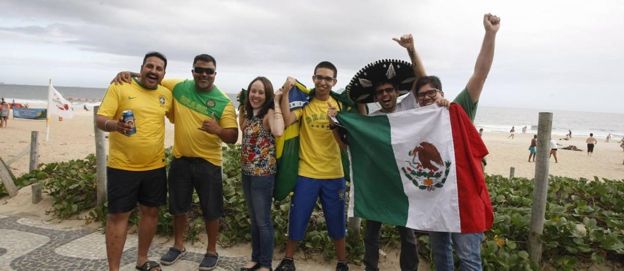 Mexicanos residentes no Rio ficam com o coração dividido na hora de torcer quando México e Brasil estão em campo Foto: Eduardo Naddar / Agência O Globo