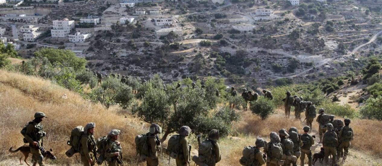 Soldados israelenses em uma operação na cidade de Hebron Foto: HAZEM BADER / AFP