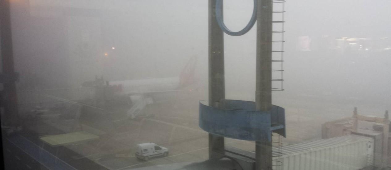Em Curitiba, neblina deixa o aeroporto fechado desde a madrugada desta terça-feira Foto: Agência O Globo / Henrique Batista