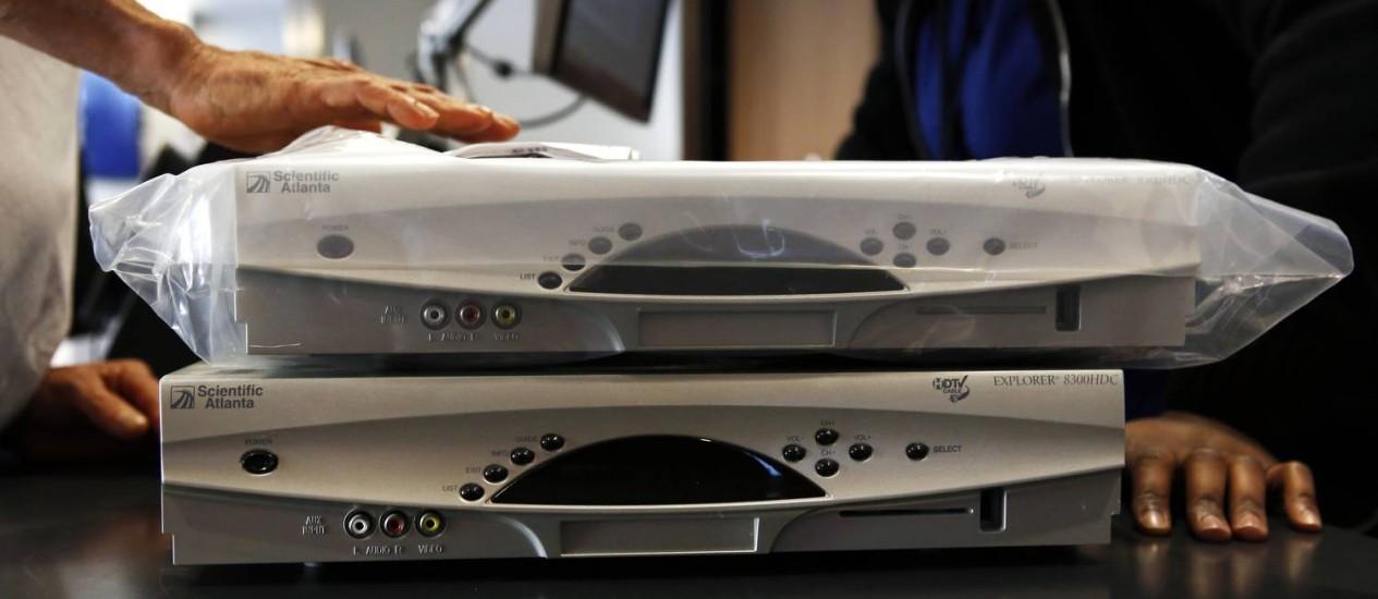 Consumidor troca aparelho em lojga da Time Warner Cable: 224 milhões de aparelhos nos EUA gastam o equivalente a quatro reatores nucleares Foto: Patrick T. Fallon / Bloomberg