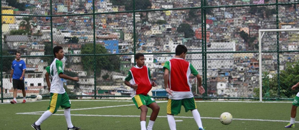 Os jovens jogares da Rocinha vão representar a Inglaterra no campeonato Foto: Domingos Peixoto / Agência O Globo