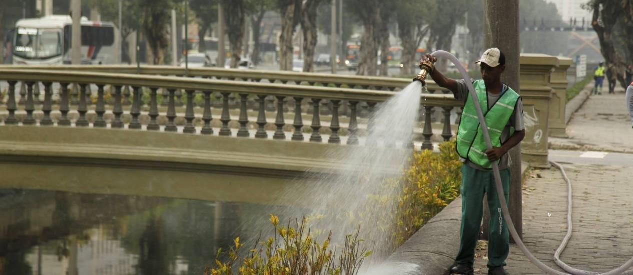Funcionário da Fundação Parques e Jardins rega as mudas plantadas nos canteiros do Canal do Mangue, na Cidade Nova. Foto: Gabriel de Paiva / Gabriel de Paiva