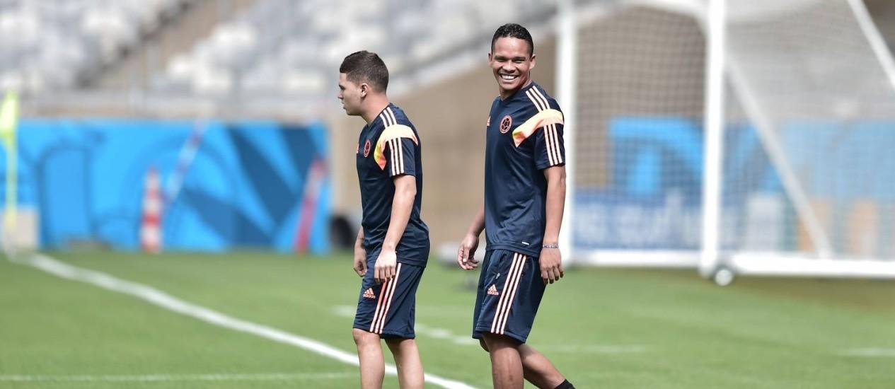 Carlos Bacca sorri antes do treino da Colômbia. Atacante está fora da primeira fase Foto: Aris Messinis / AFP