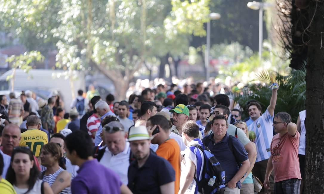 Turistas formam longa fila no Largo do Machado para embarcar em van que leva ao Cristo Redentor Foto: Márcia Foletto / O Globo