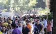 Turistas formam longa fila no Largo do Machado para embarcar em van que leva ao Cristo Redentor