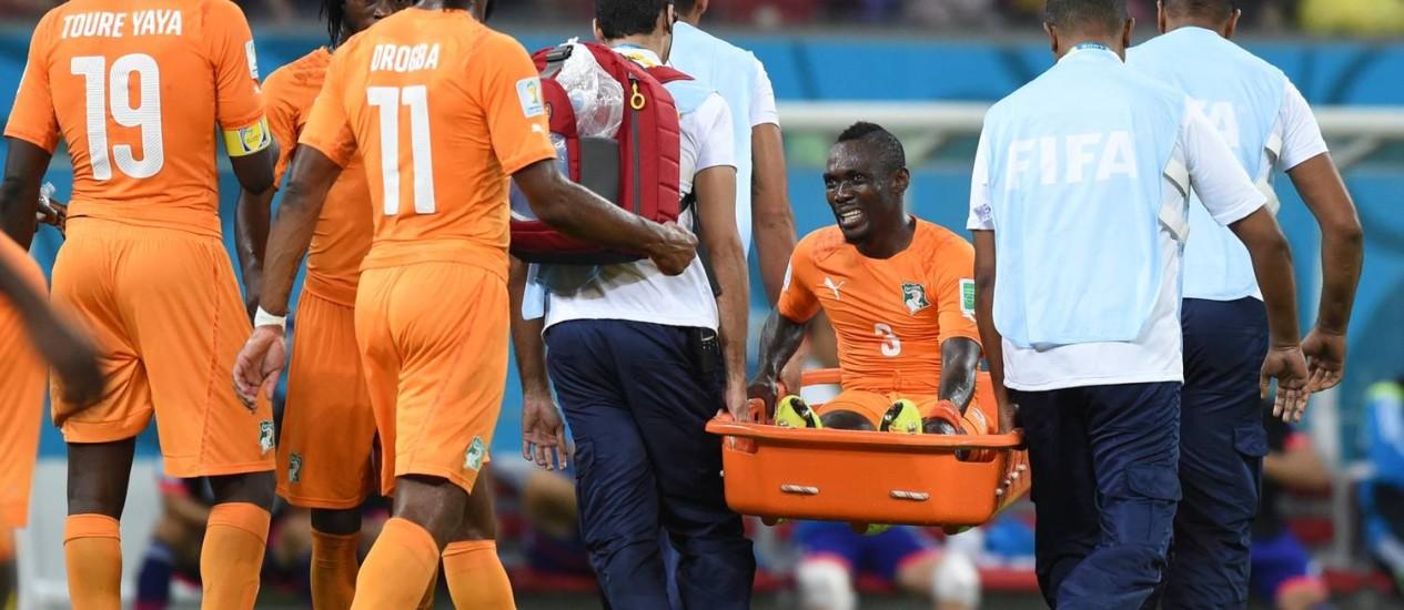 Lateral titular, Arthur Boka sai de campo carregado de maca. Jogador foi substituído na partida contra o Japão e não tem escalação confirmada para o próximo confronto contra a Colômbia Foto: Javier Soriano / AFP