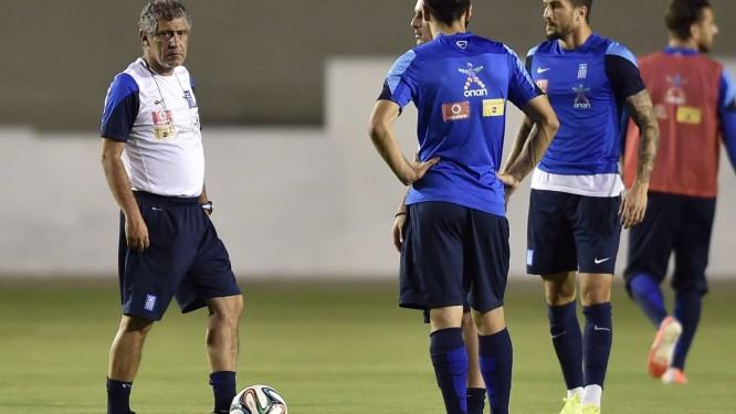 Fernando Santos orienta os jogadores no treino da Grécia, em Aracaju Foto: Aris Messinis / AFP