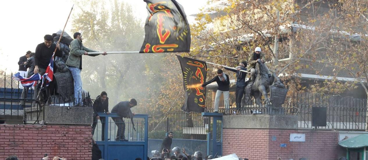 Imagem de arquivo mostra manifestantes iranianos invadindo embaixada britânica em Teerã, em 29 de novembro de 2011 Foto: ATTA KENARE / AFP