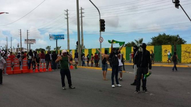 Manifestantes queimaram bandeira próximo do bloqueio da polícia, na Avenida Alberto Craveiros, um dos principais acessos ao Estádio do Castelão Foto: Ruben Berta / Agência O Globo
