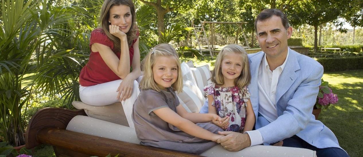 Príncipe Felipe (à dir.), sua mulher, princesa Letizia, e suas filhs Sofia (segunda à esq)) e Leonor na residência oficial da família real em Madri Foto: CRISTINA GARCIA RODERO / AFP