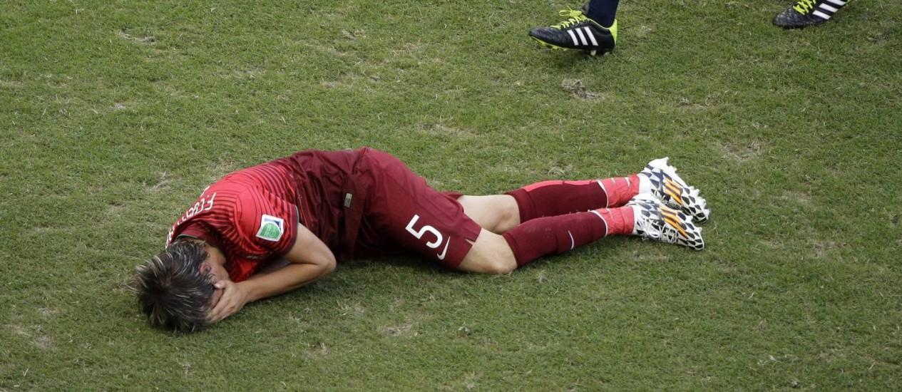 Fabio Coentrão sente a lesão no jogo contra a Alemanha, na Fonte Nova Foto: Christophe Ena / AP