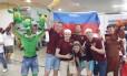 Torcedores russos comemoram vitória em pelada contra a torcida da Coréia