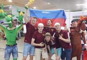 Torcedores russos comemoram vitória em pelada contra a torcida da Coréia Foto: Lauro Neto / O Globo