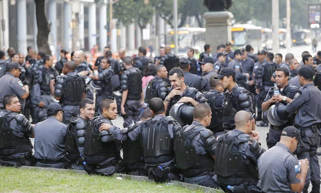 Mais de cem PMs aguardam início de manifestação na Candelária: ato convocado pela internet reuniu menos de 50 pessoas no Centro Foto: Pablo Jacob / Agência O Globo