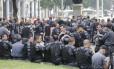 PMs aguardam início de manifestação no Centro