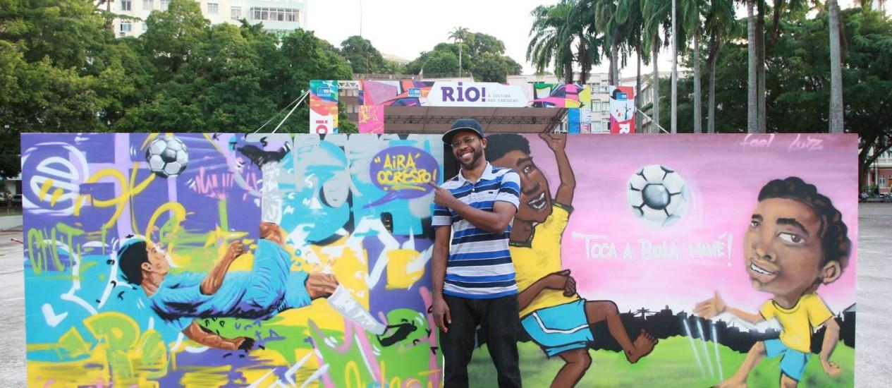 O artista Airá, O Crespo comanda performances e oficinas de grafite na praça Luís de Camões, na Glória. Foto: Pedro Teixeira / Agência O Globo