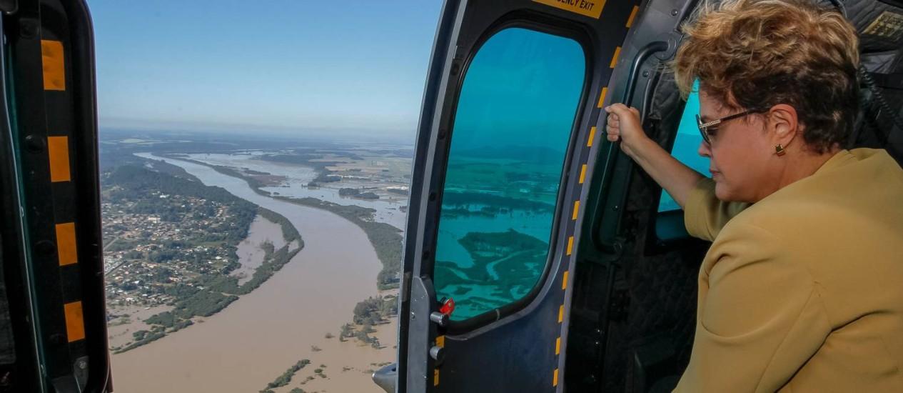 Presidente durante sobrevoo nas áreas atingidas pelas chuvas em União da Vitória, no Paraná: recursos liberados Foto: Roberto Stuckert Filho/Divulgação