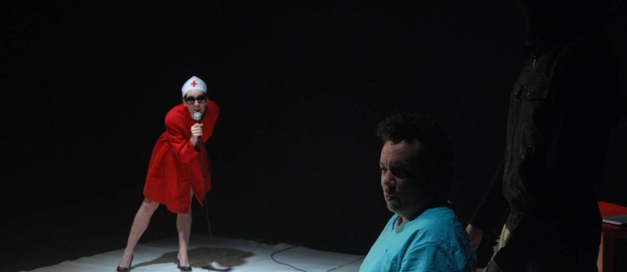 Trio. Valquíria Oliveira é uma autora, Márcio Vito um policial e Ian Capilé um black bloc; dirigidos por Marcus Faustini Foto: Divulgação/Davi Marcos
