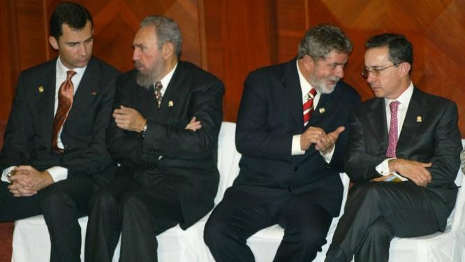 Felipe de Borbón conversa com o então presidente de Cuba, Fidel Castro ao lado dos mandatários brasileiro, Luiz Inacio Lula da Silva, e colombiano, Álvaro Uribe. (AP Photo/Ricardo Mazalan) Foto: AP-15-1-2003