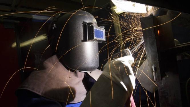 Funcionário trabalha em unidade de solda da Alstom: empresas estão em guerra pela aquisição Foto: Simon Dawson / Bloomberg