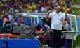 Felipão gesticula na beira do gramado durante jogo contra o México