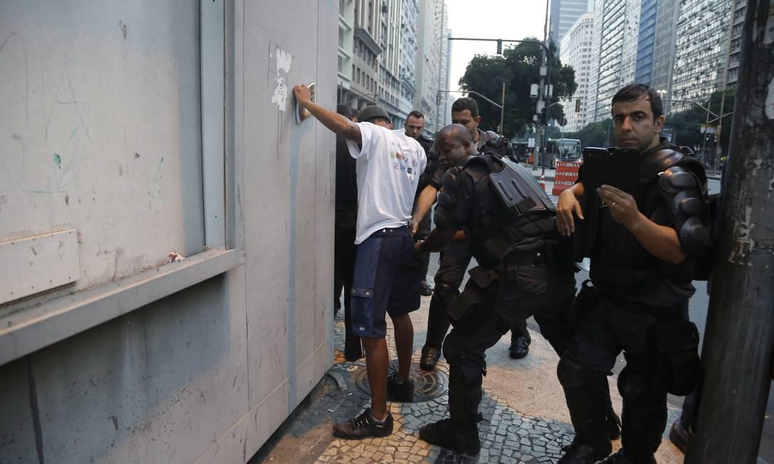 Jovem é revistado ao chegar para protesto: ato que começou pacífico teve 4 detidos Foto: Pablo Jacob / Agência O Globo