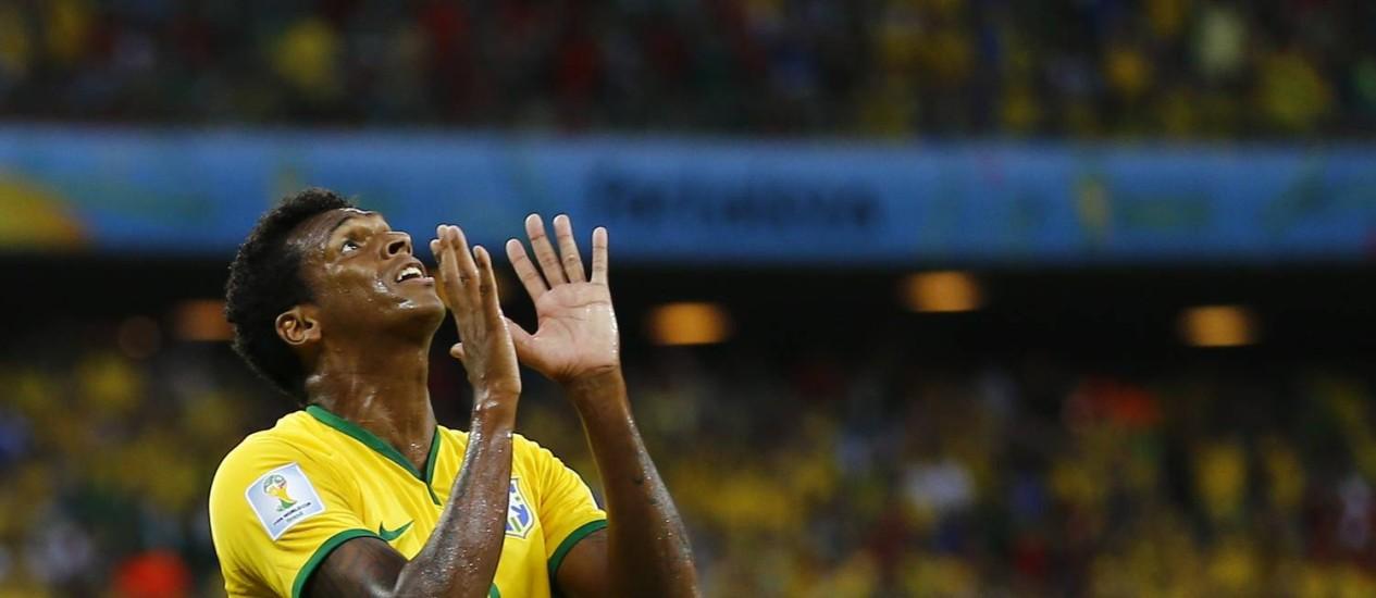 O atacante brasileiro Jô não acredita na chance que desperdiçou aos 30 do segundo tempo Foto: MARCELO DEL POZO / REUTERS