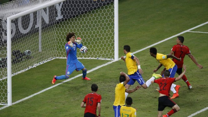 Ochoa faz excelente defesa após cabeçada de Thiago Silva Foto: Guito Moreto / O Globo