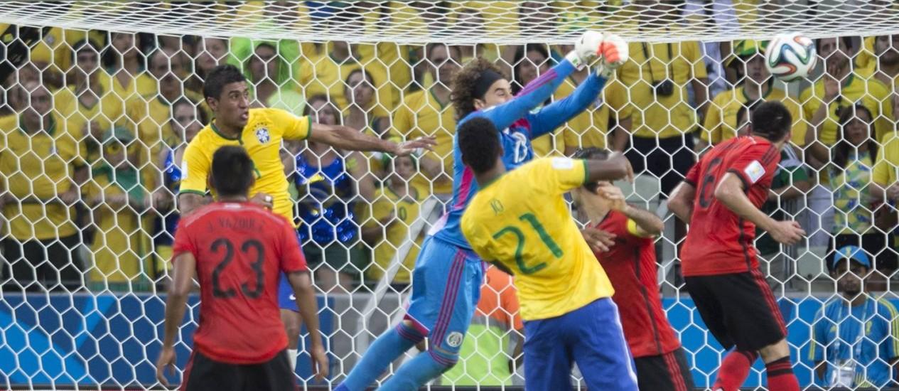 Outra boa intervenção de Ochoa no fim da partida Foto: Alexandre Cassiano / Agência O Globo