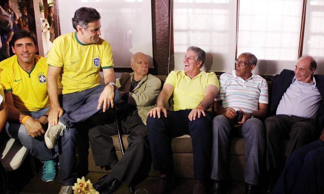 Aécio Neves ao lado medalhista olímpico Giovanni, que prestigiou o evento, e outros amigos, em Belo Horizonte Foto: George Gianni/PSDB / Divulgação