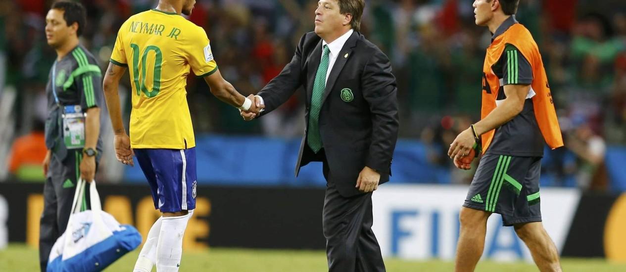 Miguel Herrera cumprimenta Neymar: treinador botou um México com marcação firme Foto: MARCELO DEL POZO / REUTERS