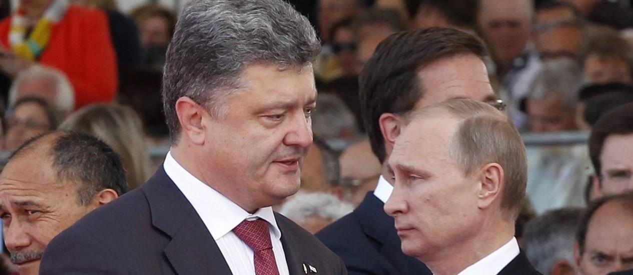 Os presidentes ucraniano, Petro Poroshenko, e russo, Vladimir Putin, durante cerimônia do Dia D, na Normândia Foto: AFP-6-6-2014