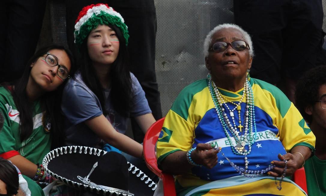 Torcedores assistem à partida entre Brasil e Mexico no Vale do Anhangabaú, em São Paulo Foto: Fernando Donasci / Agência O Globo