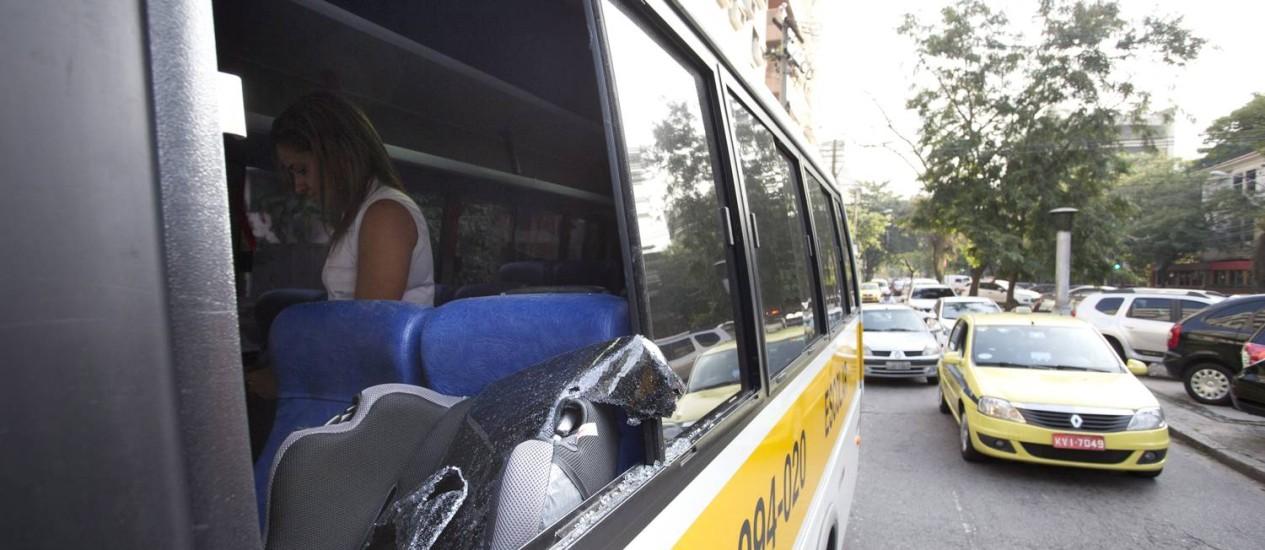 O microônibus do colégio Eliezer, de Laranjeiras, foi apedrejada no bairro da Lagoa. Duas crianças ficaram feridas e foram hospitalizadas Foto: Márcia Foletto / Agência O Globo
