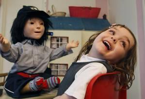 Menina autista brinca com boneca. Cientistas buscam mecanismos para possível cura do distúrbio Foto: Alastair Grant/AP/28-01-2011