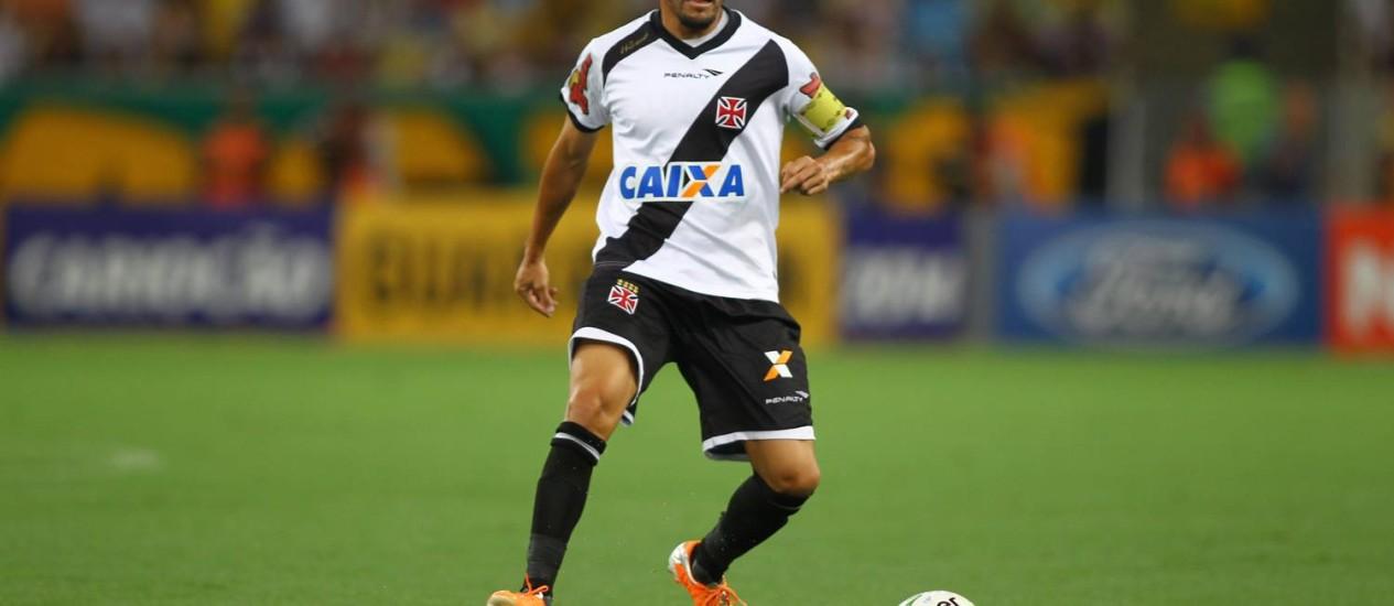 O meia argentino atuando em jogo no Carioca deste ano: de volta aos treinos Foto: Urbano Erbiste/16.03.2014