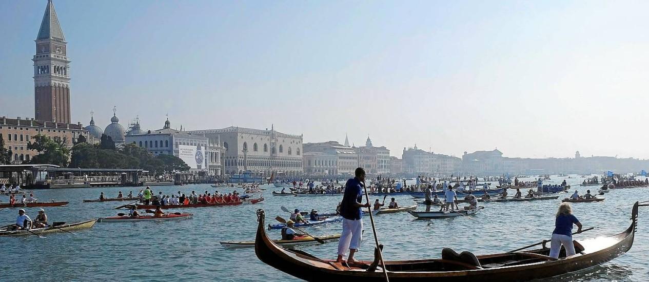 Remadores em frente à Praça de São Marco, em Veneza Foto: Manuel Silvestri / Reuters