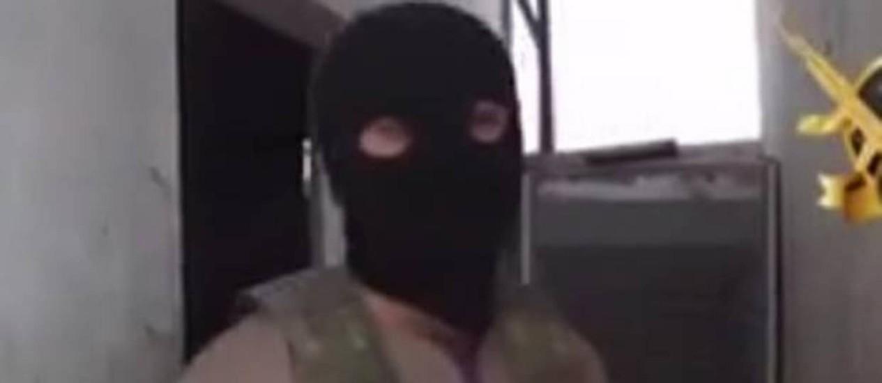 Imagem de um dos vídeos com Abu Abdullah, jihadista britânico que convoca outros islâmicos do país a se juntarem à luta na Síria Foto: Reprodução internet