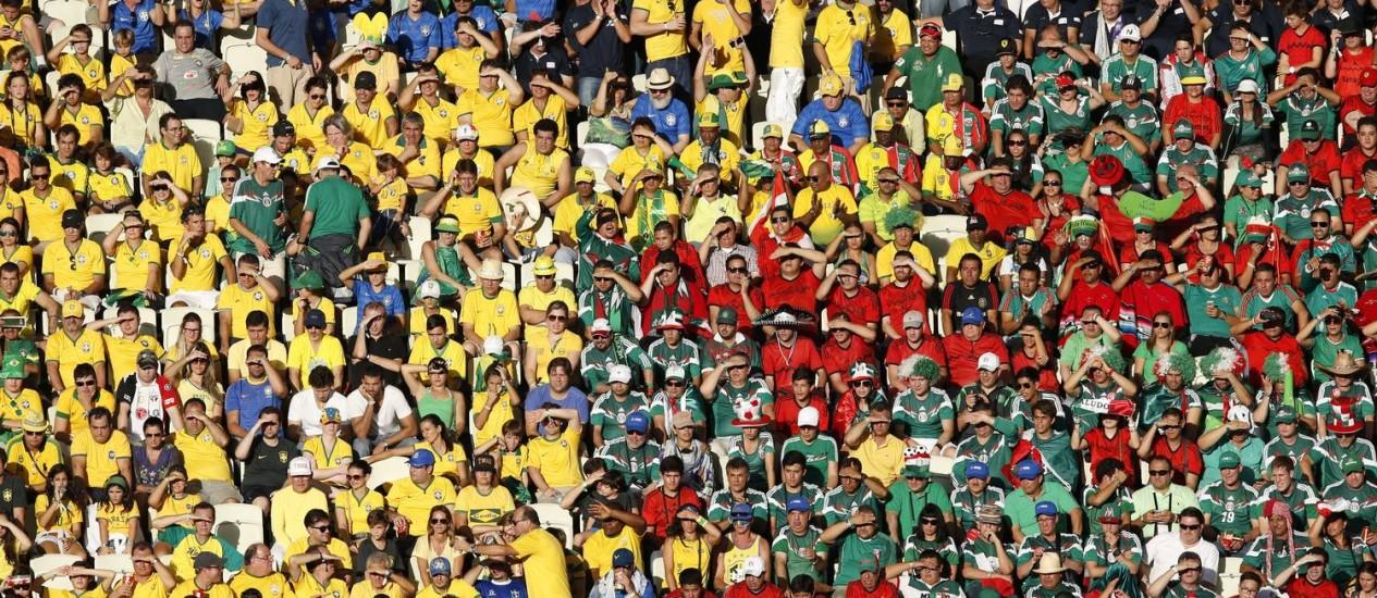 Brasileiros e mexicanos tomaram as arquibancadas do Castelão e fizeram uma bela festa Foto: Guito Moreto