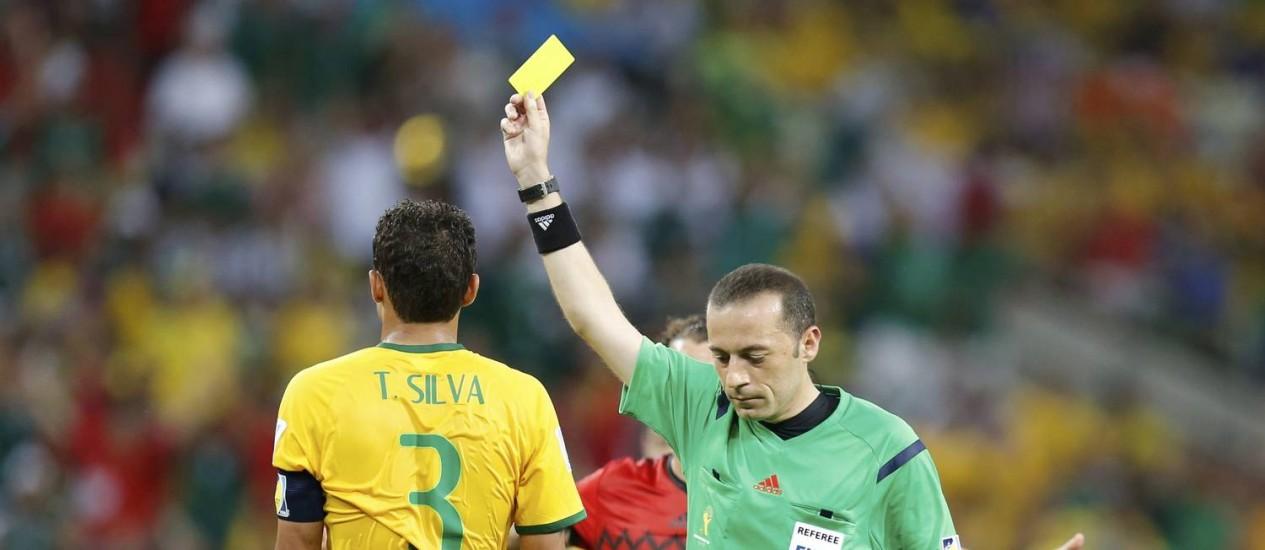 Thiago Silva leva cartão amarelo do árbitro turco Cuneyt Cakir após falta dura em Chicharito: zagueiro não pode ser advertido contra Camarões se não estará de fora das oitavas Foto: SERGIO MORAES / REUTERS