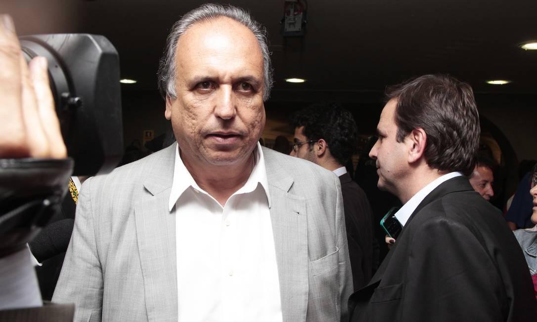 Pezão enviou projetos de lei prevendo aumento para procuradores do estado e defensores Foto: Jorge William/10-06-2014 / Agência O Globo
