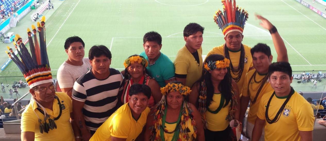 """Um grupo de 15 índios ganhou ingressos da Funai para o estádio, em Cuiabá: """"Nunca pensei que iríamos assistir à Copa do Mundo com povos de outros países"""" Foto: Agência O Globo / Lauro Neto"""